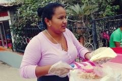 10. Pani przygotowuje quesillo, czyli ser w tortilli - lokalny rarytas