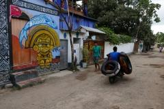 Ulice Palomino. Pan wiezie ogromne dętki służące do tubingu - spływu rzeką w kierunki morza.