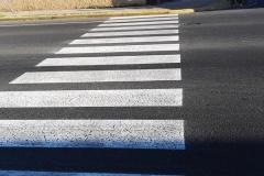 Pasy na przejściu dla pieszych, sygnalizacja świetlna, którą respektują przechodnie i kierowcy... Kosmos, kosmos