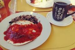 Drugi (pierwszy był hamburger w Macu) kostarykański posiłek - gallo pinto z jajkami sadzonymi po farmarsku (czyli z warzywami) - nic nowego pod słońcem