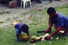 Panowie przywitali nas świeżą kokosanką