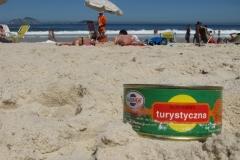 Konserwa na plaży się smaży